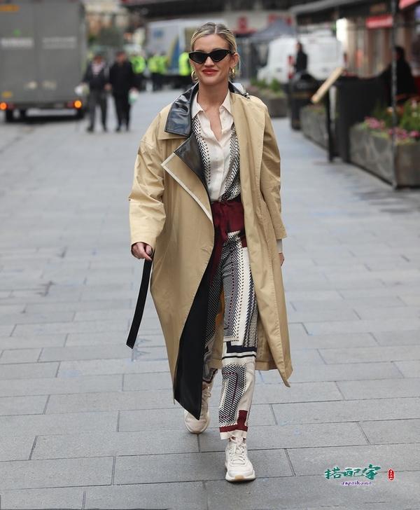 快get同款穿搭!阿什丽·罗伯茨假两件风衣超时髦,初春有它就够了