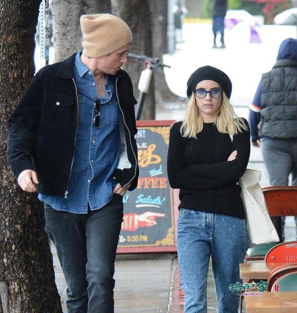 最萌身高差,艾玛·罗伯茨穿毛衣秀身材,与男友雨中漫步热聊不停