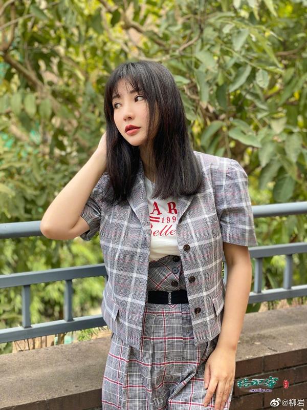 柳岩的好身材真不是吹的,西装都包裹不住丰腴,40岁还留少女刘海