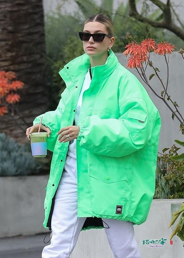 比伯娇妻海莉太会穿!宽松外套搭休闲装,荧光绿也能穿出高级感