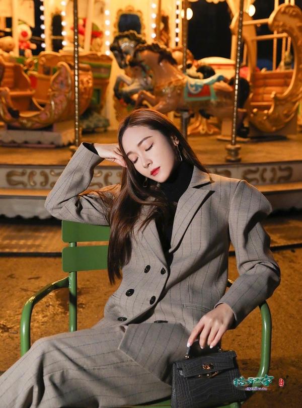 真正的白富美!郑秀妍穿条纹西服知性复古,化身霸道总裁气场超足