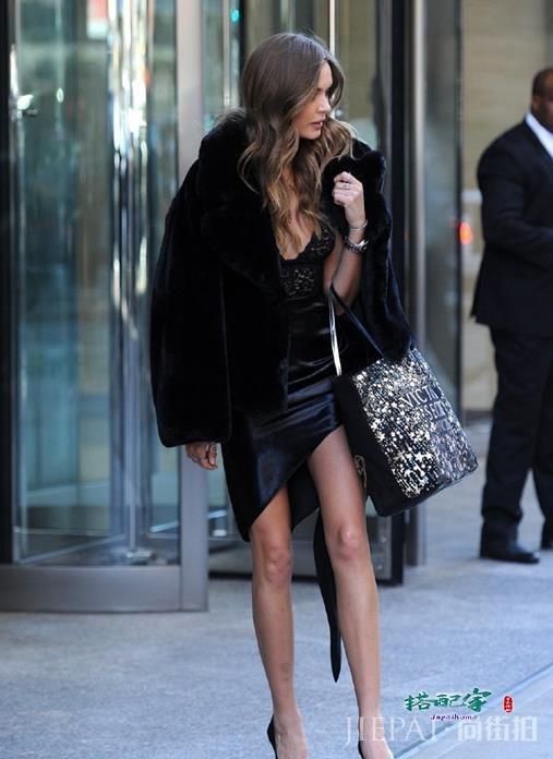 维密超模现身街头,黑色连衣裙配高跟鞋好苗条,满屏都是大长腿