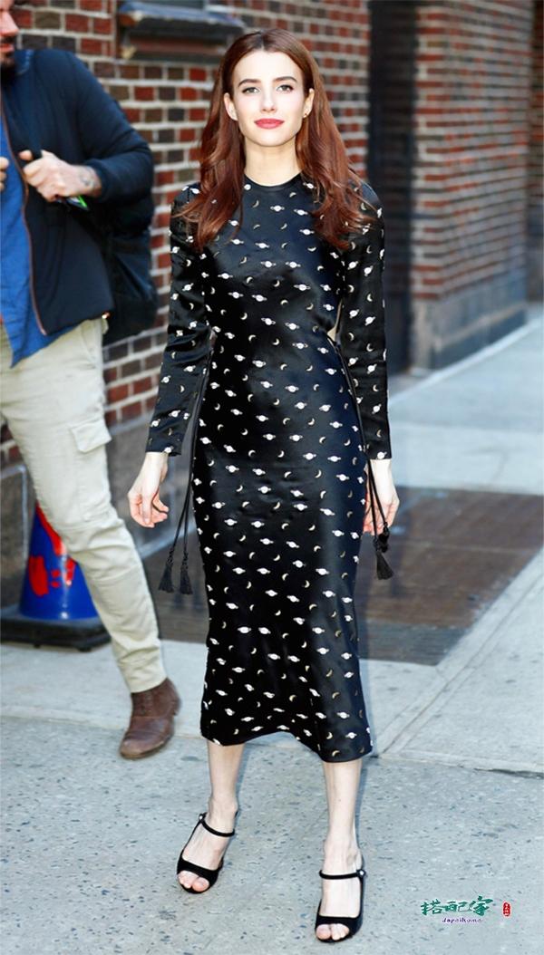 艾玛·罗伯茨太厉害了!一身黑也能穿出时髦感,身高157看着像170