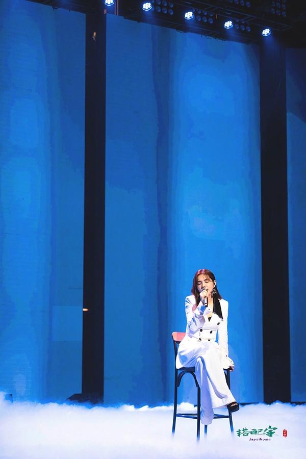 越来越有女人味!Ella新造型超美丽,穿白色西服套装尽显优雅气质