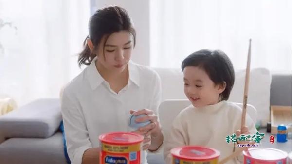 陈妍希复出捞金,带娃拍奶粉广告,一身白衬衫美回初恋沈佳宜时代