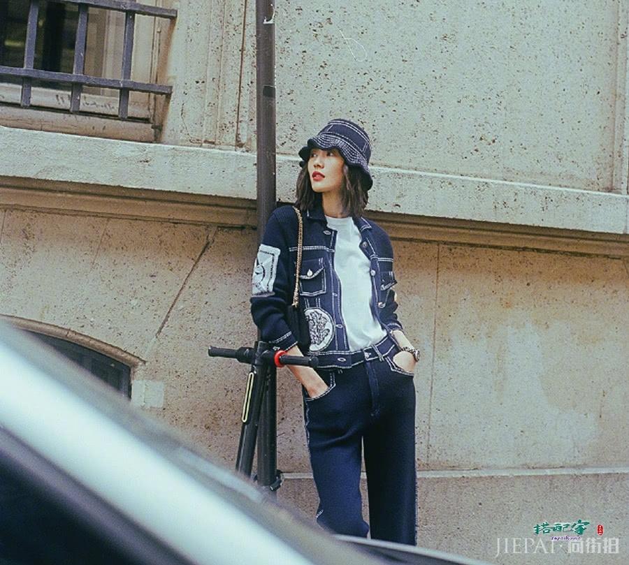 刘雯街拍照片,牛仔套装时尚又帅气