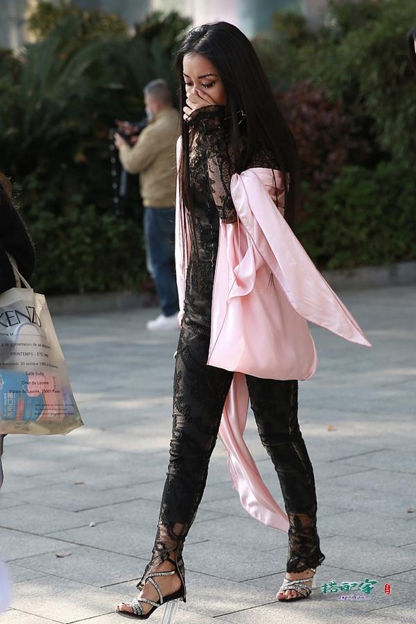 吉克隽逸一身蕾丝好性感,披粉色披肩太土气,这高跟鞋实力抢镜啊