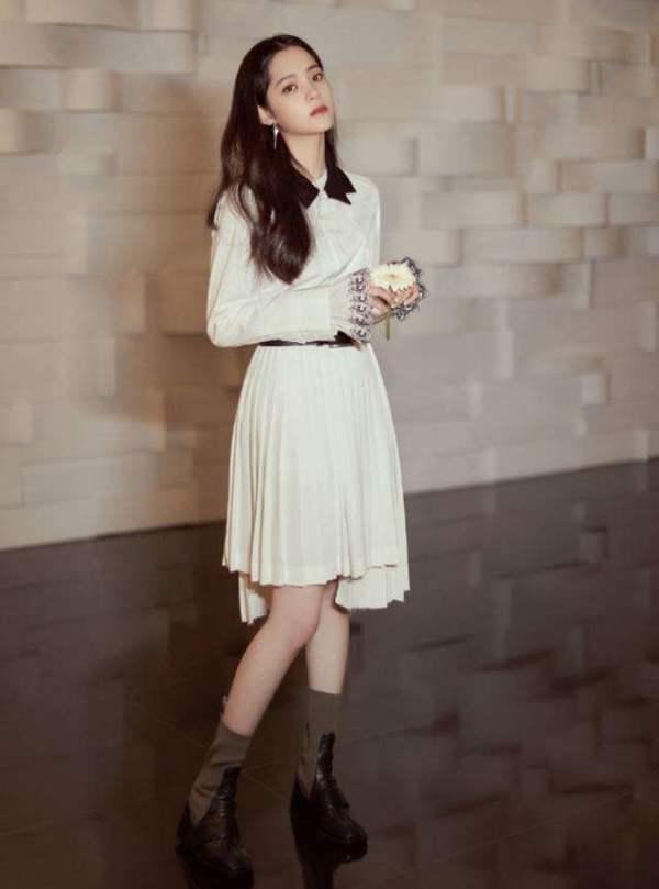 欧阳娜娜罕见翻车,波点蓬蓬裙甜美仙气,却搭配了一双妈妈高跟鞋