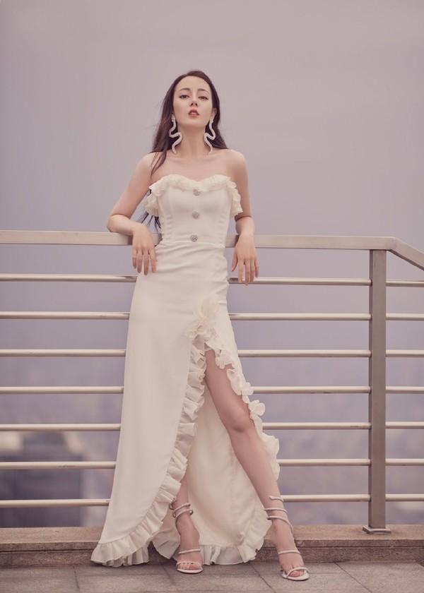 热巴实惨!穿开叉裙直播被王珞丹同款男粉求婚,被怀疑是公司操作