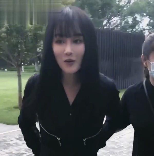 赵本山女儿球球撞脸张馨予!穿黑色装近照瘦到不敢认,成纸片身材