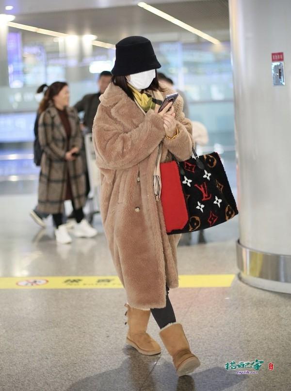 38岁谢娜撞衫39岁蔡依林,同款毛绒大衣一个似58岁,一个仍如少女