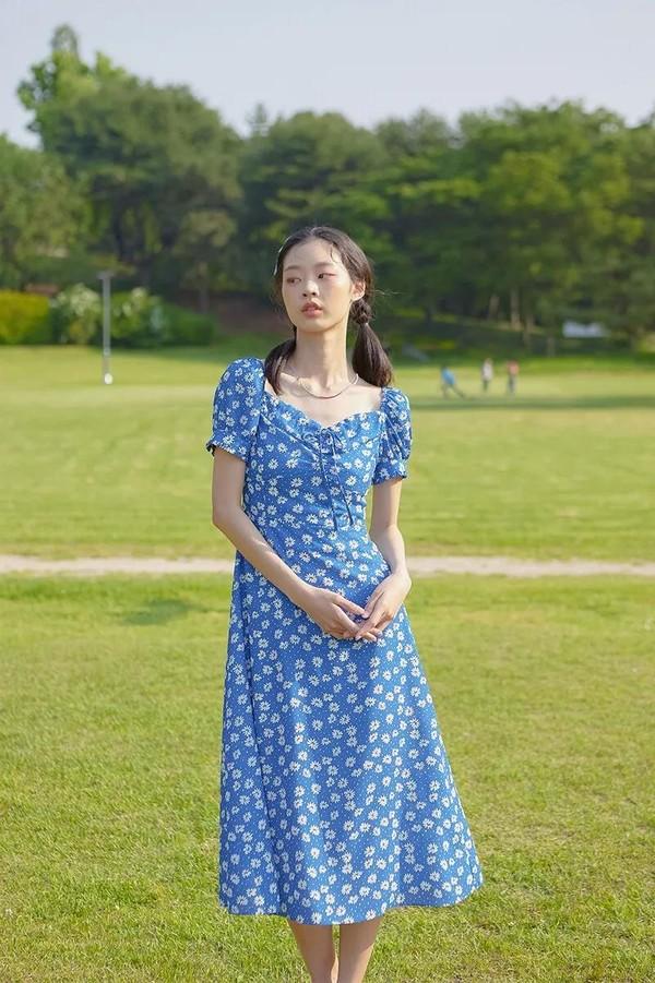 别穿烂大街的碎花裙了!小雏菊裙、樱桃裙清新高级,不用担心显老