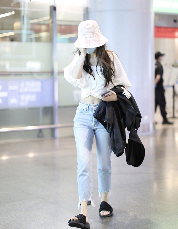 愈挫愈勇!杨颖机场又穿露腰造型,明明胯宽还穿紧身牛仔裤真任性