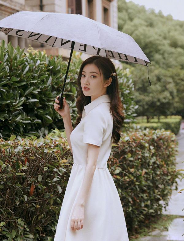 景甜不愧是人间富贵花!穿一袭白裙直播,生图比精修图还要惊艳