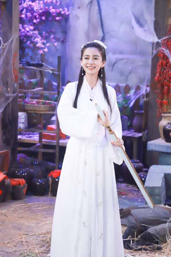 杨颖穿白裙扮小龙女,造型美艳却缺少仙气,网友:漂亮但不适合