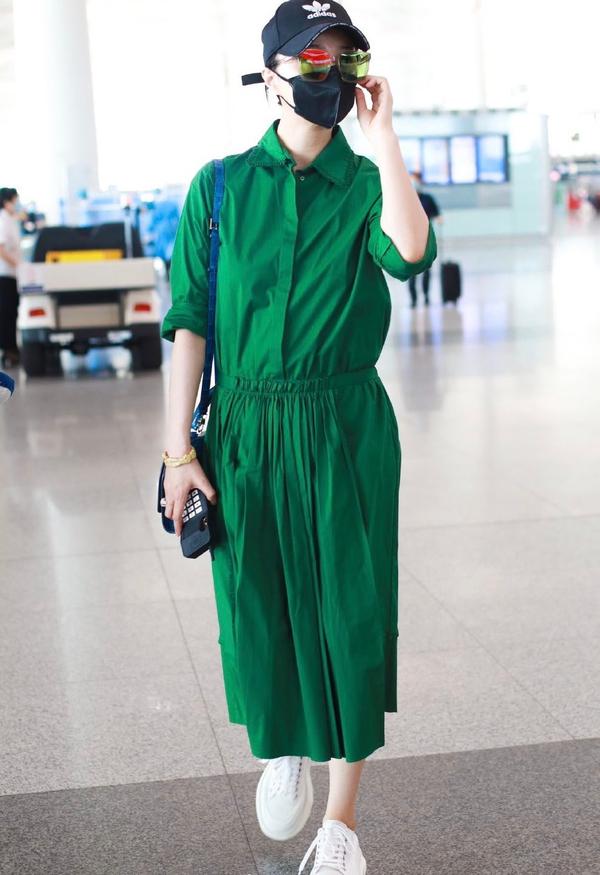 范冰冰复出后越来越敢穿,一袭草绿色长裙太另类,最近似乎又胖了