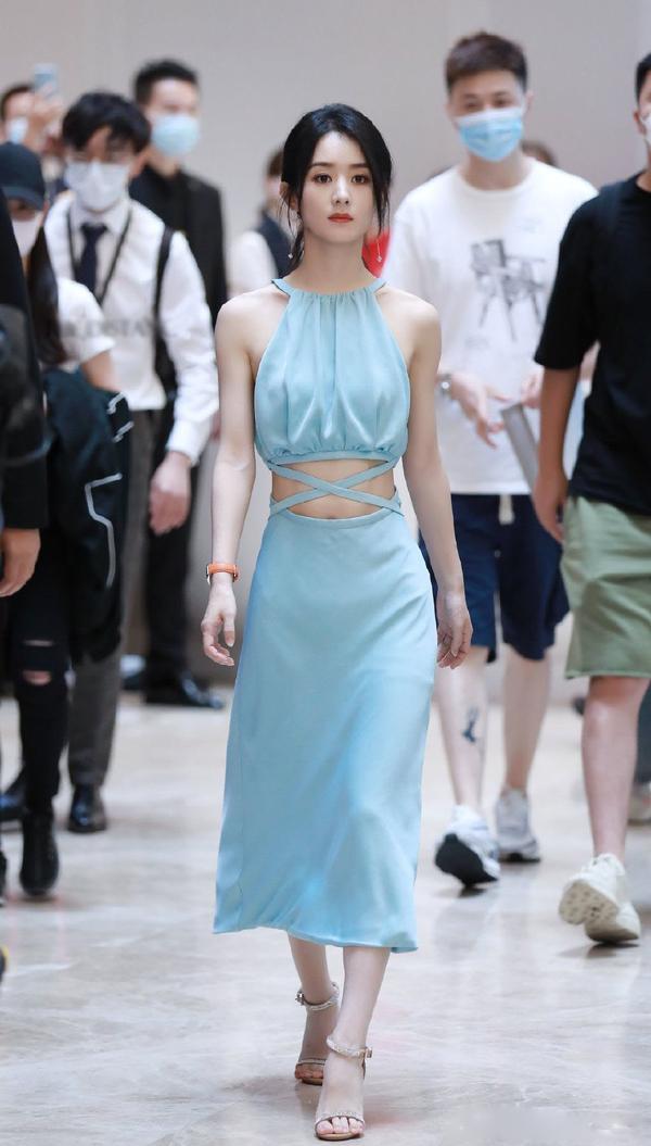 言过其实?赵丽颖穿露腰裙被花式赞美,小蛮腰很可但穿出了五五分