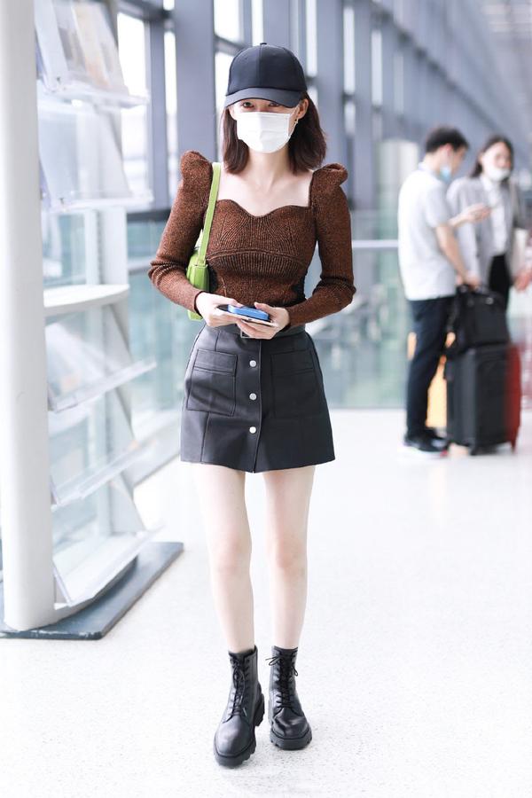 30岁李沁真敢穿,超低胸羊腿袖上衣身段傲人,成功从清纯转向性感