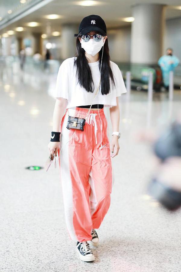 32岁阚清子发福了?机场穿宽松格子衫运动裤,肩宽背厚还有大象腿