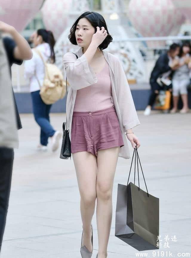 一双漂亮的高跟鞋,展露出了小姐姐的知性美感_