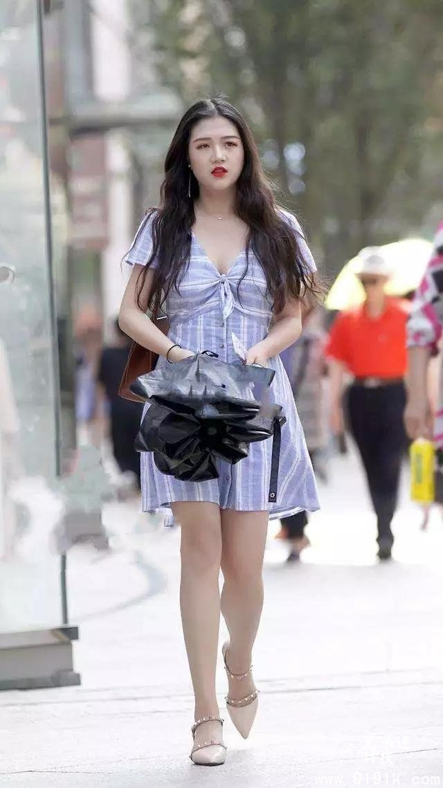 修长的双腿穿搭上尖头的高跟鞋,让她走在路上散发出女神般的气息_