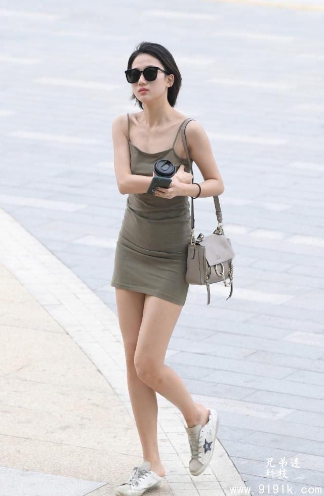 夏天是穿吊带裙的季节, 选择适合自己的款式, 让造型清爽靓丽起来_