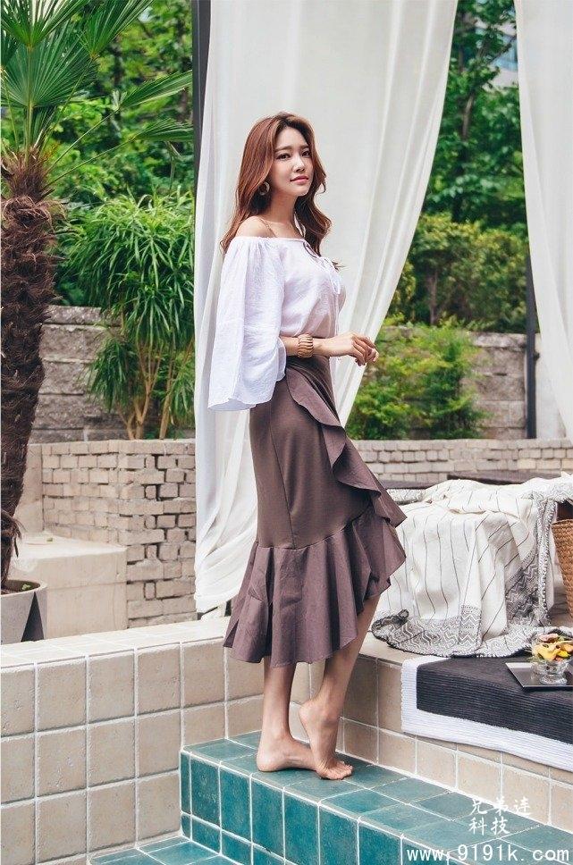 娃娃衫配半身长裙,舒适时尚,小姐姐这样穿美极了!_