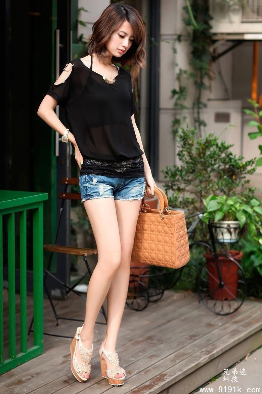 小姐姐穿巧搭短裤,尽显青春活力,时刻散发时尚魅力_