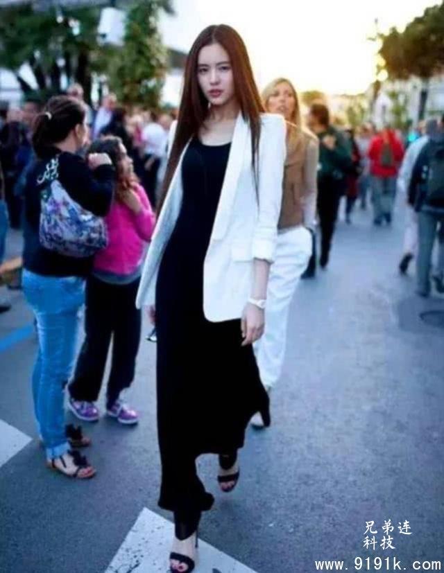 朱玉圆润的气质小姐姐,黑色连衣裙穿着很显淑女气息_