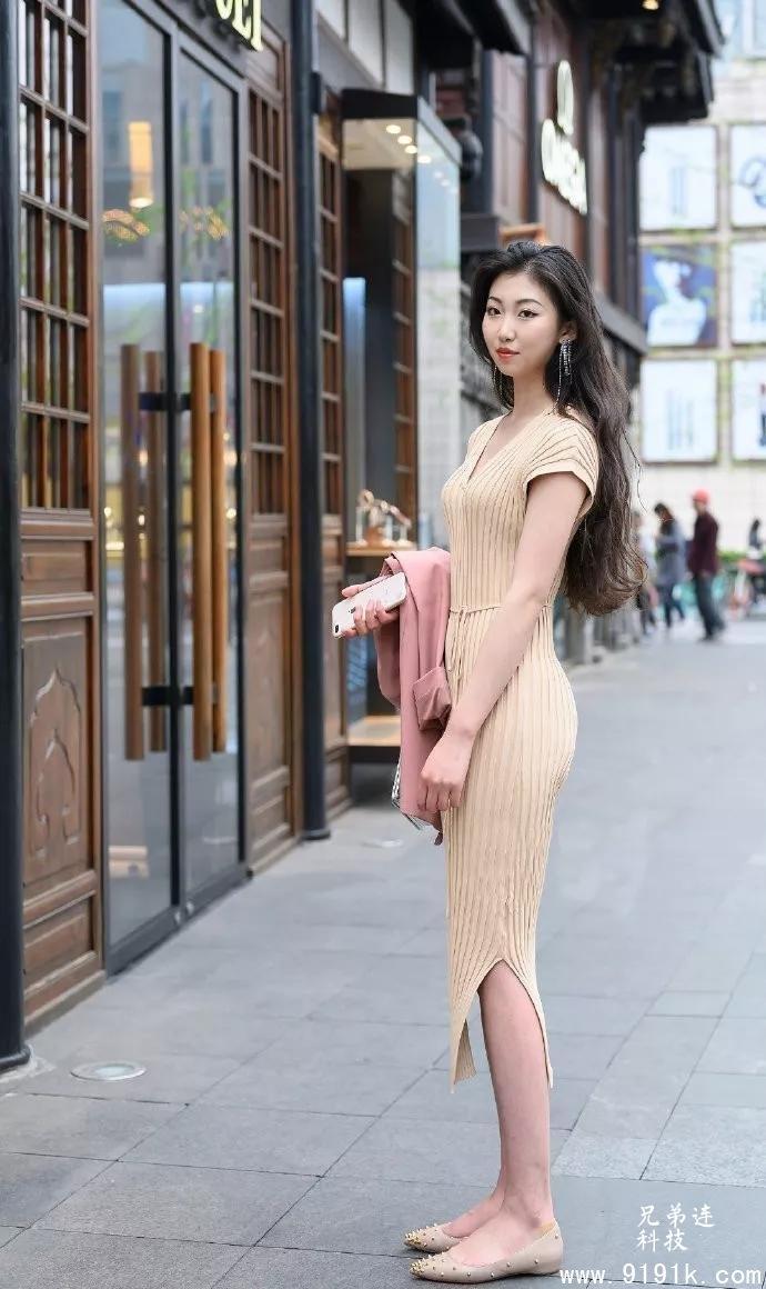 穿搭就是要精致一些,小姐姐穿着连衣裙,要穿搭高跟鞋_