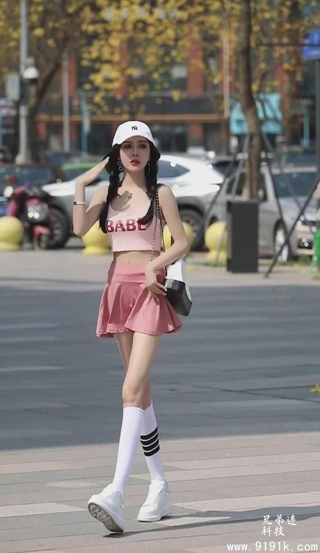 粉色套装吊带背心加小短裤,这个小姐姐的穿搭既甜美又狂野_