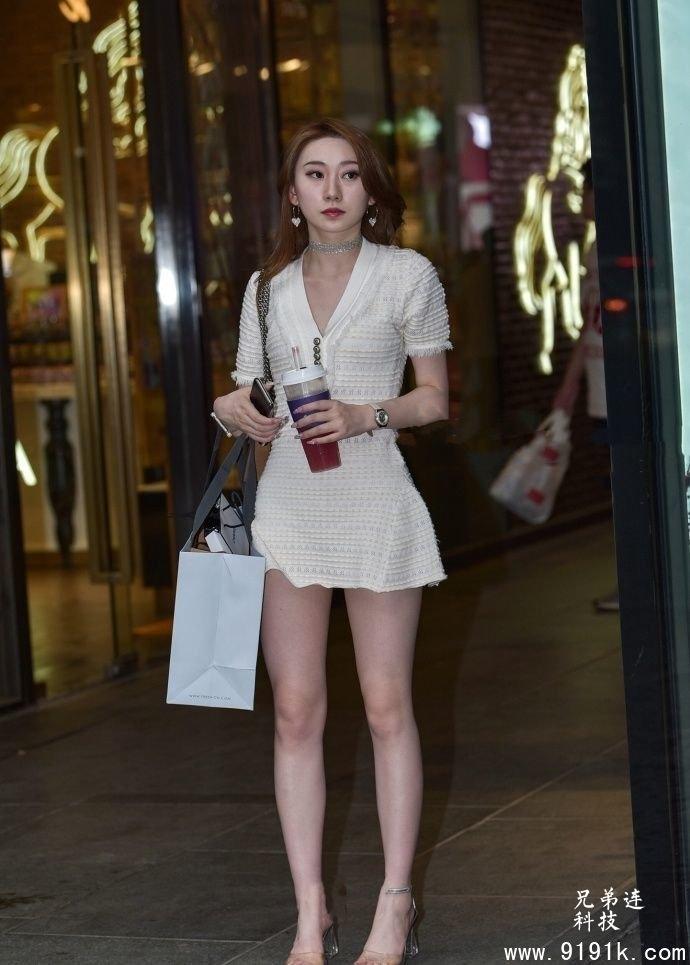 街拍:白皙修长的美腿,让美女的身材变得更加的完美_