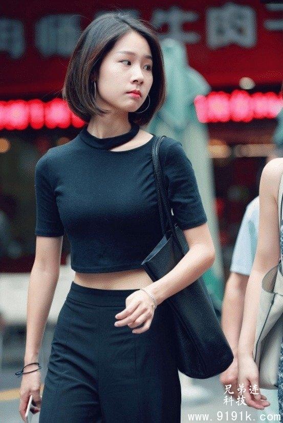 黑色套脖T恤,穿搭低腰休闲裤,美艳绝伦_