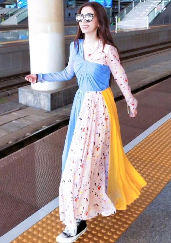 37岁Hebe好少女啊!穿玫瑰金香槟金礼裙宛若公主,单飞后越来越美