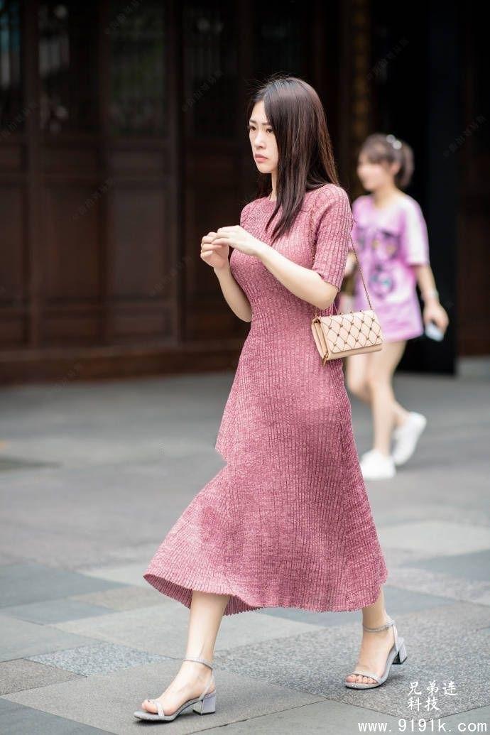 穿针织裙的美女可爱动人,就是喜欢这样的风轻云淡_