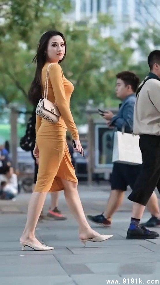 身材高挑的连衣裙小姐姐,自然大方的穿搭,尽显十足的魅力!_