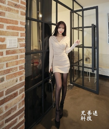 空气刘海的美女,这系带高跟鞋配黑丝完美!_