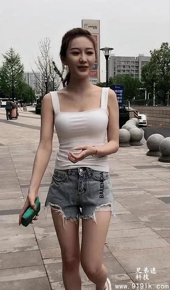 小姐姐简单的运动穿搭,尽显阳光朝气时尚感满满_