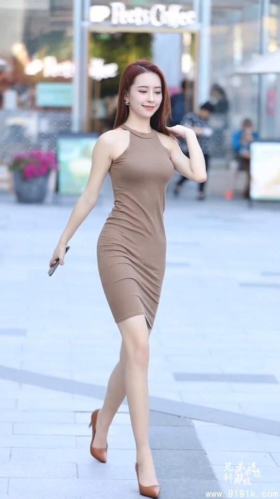 小姐姐优雅好身段,招手动作瞬间沦陷,挂脖裙才是彰显性感的神器_