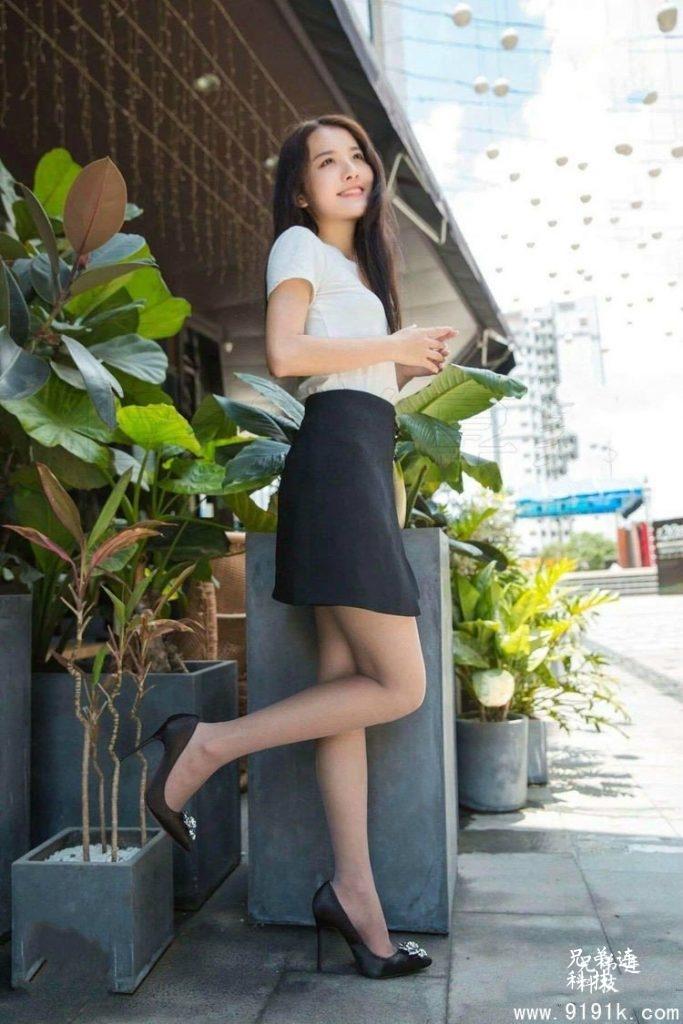 身着黑丝袜和高跟鞋的漂亮小姐姐,笑容好甜!_