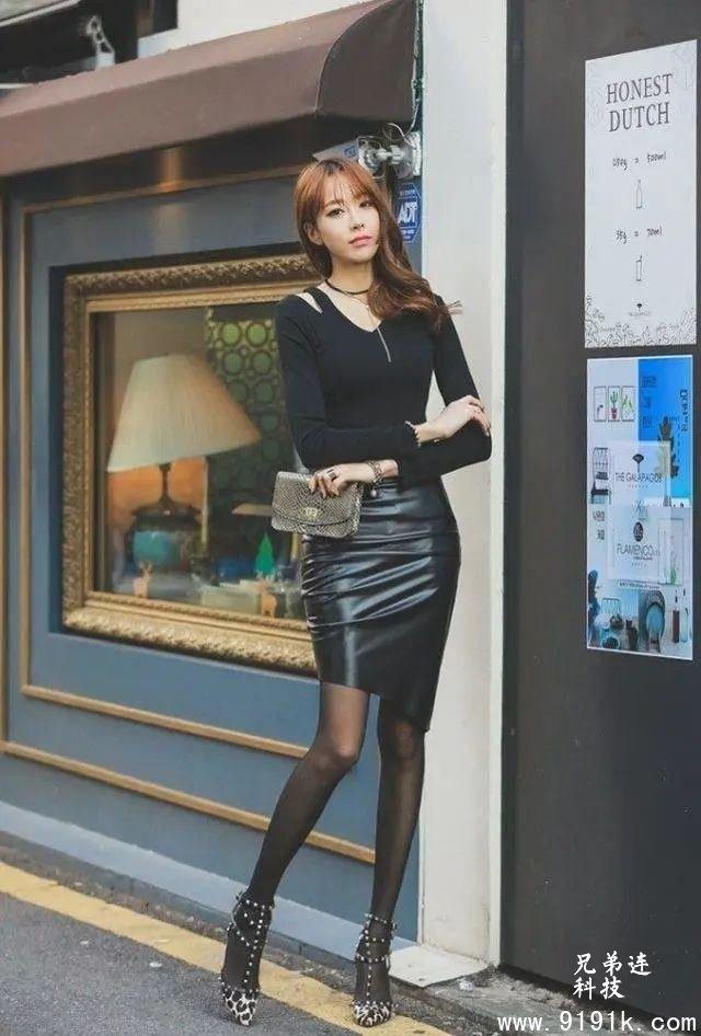 一双薄款的丝袜和豹纹款式的高跟凉鞋,都是很有女人味的款式_