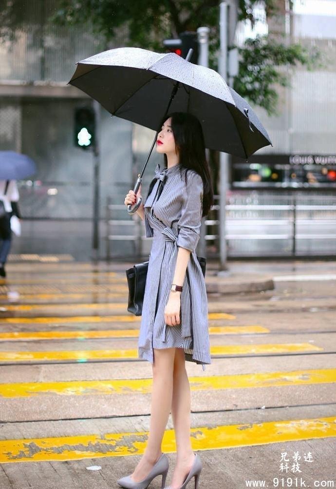你从雨中来,长裙配高跟,是何等的诗情画意_
